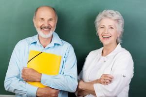 zwei senioren stehen vor der tafel