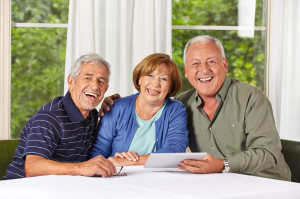 Englisch lernen für Senioren: Senioren mit Tablet PC